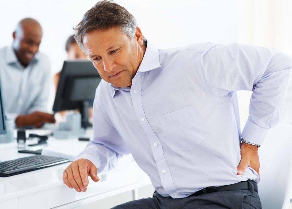 Homme âgé stressé au travail