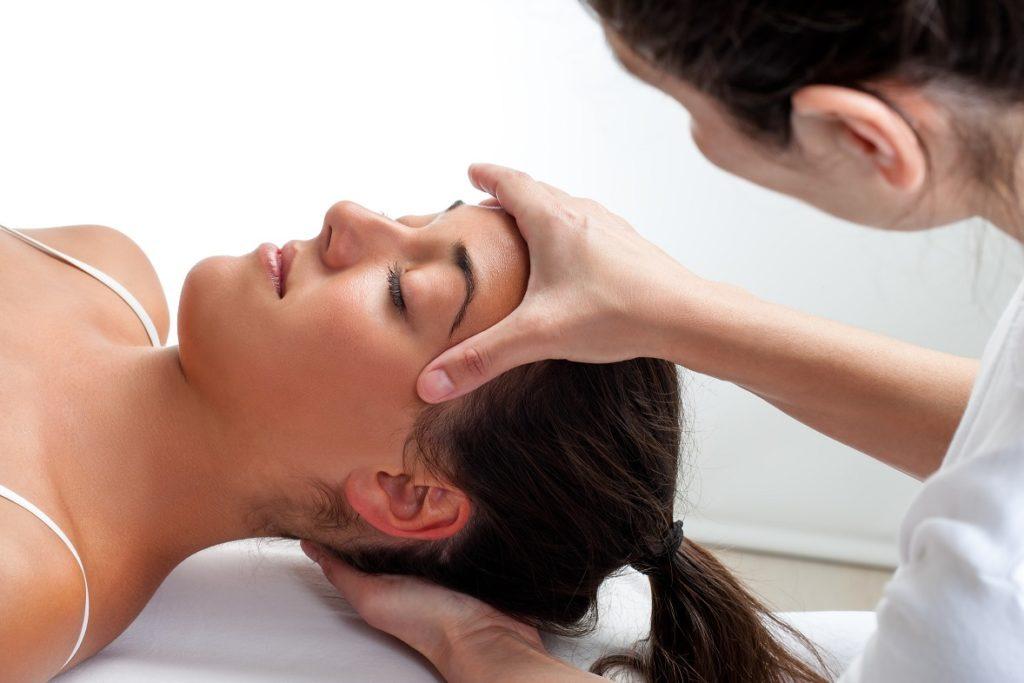 Ostéopathe massage crânien patient contre le stress.