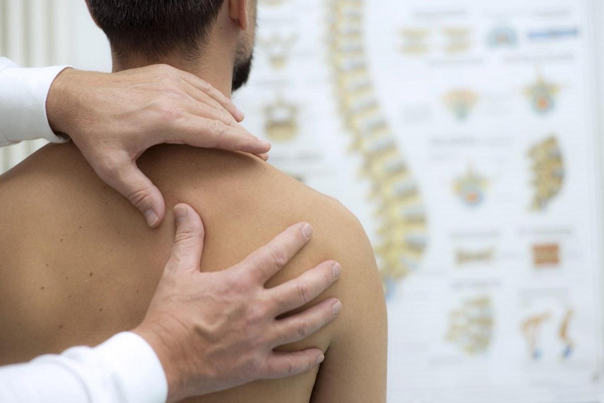 Ostéopathe manipulant un adulte