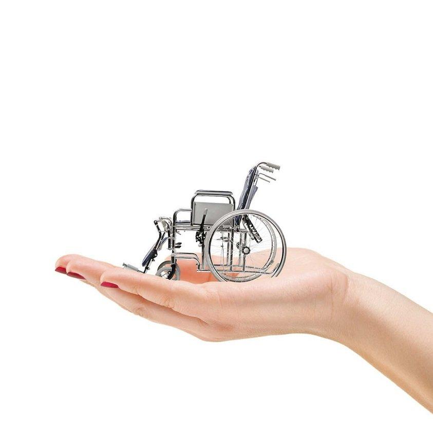 Ostéopathe portant une chaise roulante dans la main
